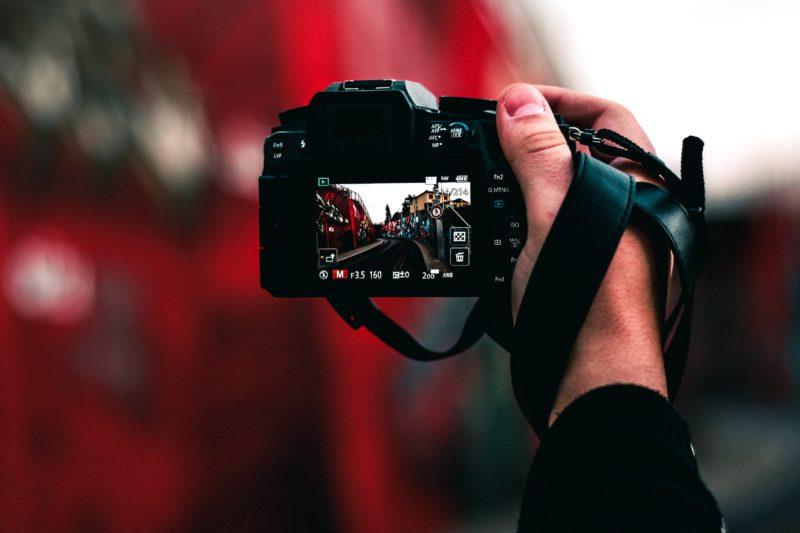 Kamera in der Hand gehalten